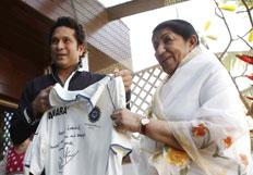 Sachin and Lata Mangeshkar visit Raj Thackerays residence