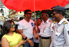 Suneil Shetty distribute water bottles to Mumbai Traffic Police
