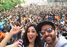 Hrithik Roshan and Yami Gautam Dancing with their Fans