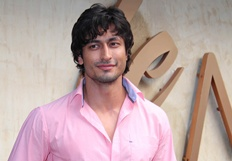 Vidyut Jamwal spotted outside a restaurant - Stills