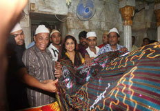 Vidya Balan seeks blessings at Mahim Dargah