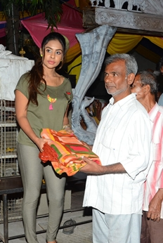 Actress Sri Reddy Distrubuted Blankets for Orphans at Sai Baba Temple