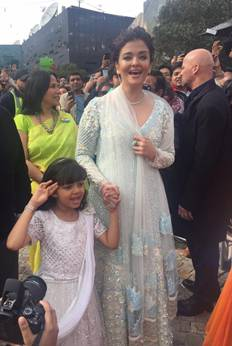 Aishwarya and her daughter Aaradhya hoist indian flag in Melbourne