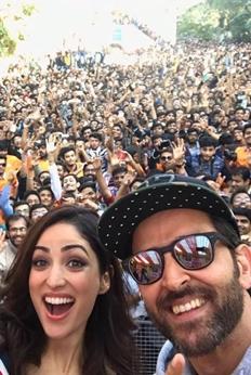 Hrithik Roshan and Yami Gautam Dancing with their Fans