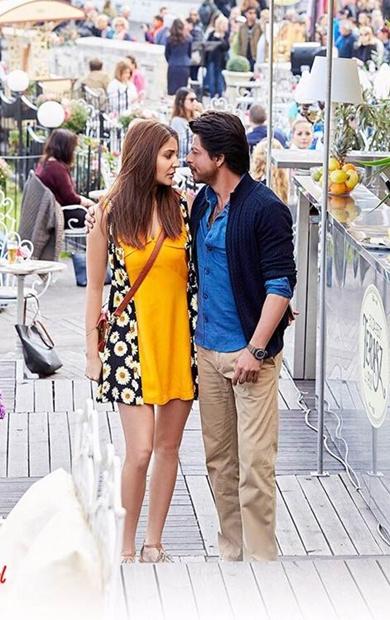 Shah Rukh even can romance a microphone, says Anushka