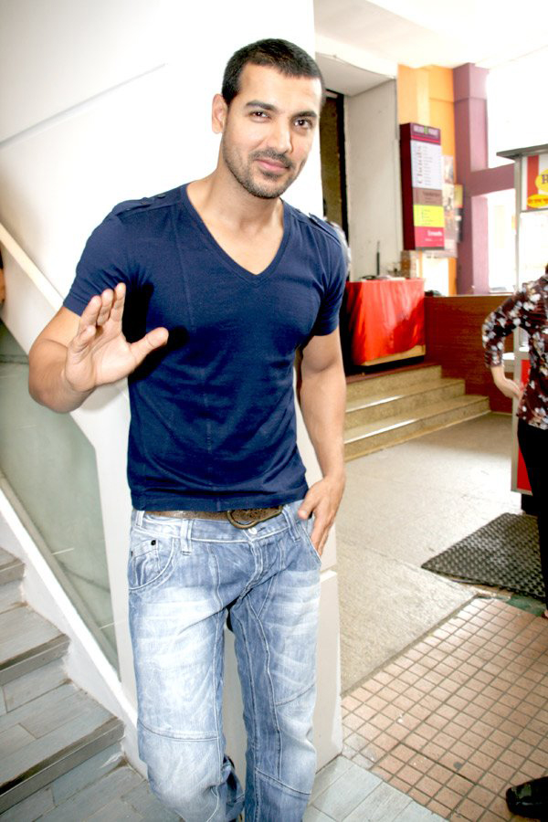 FREE POSTER KEREN JOHN ABRAHAM BOLLYWOOD STAR WALLPAPER AND PICTURES 1